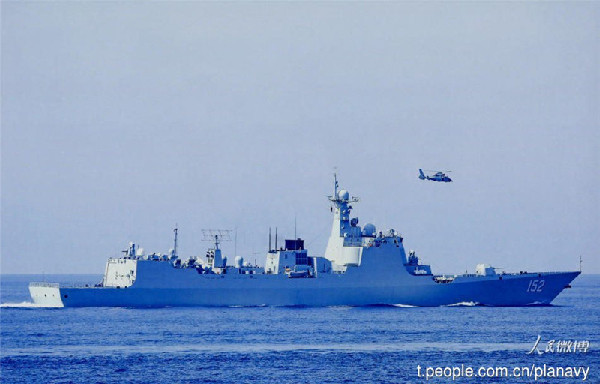 Chinese naval formation conducts real combat training