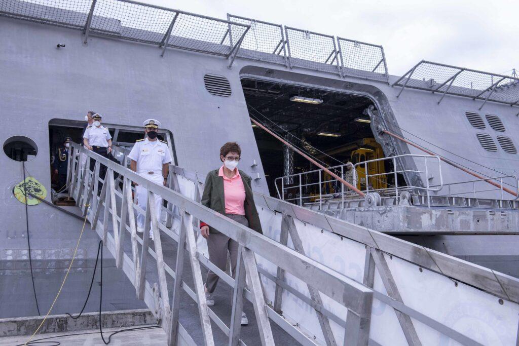 german defense minister visits uss charleston lcs 18 - naval post- naval news and information