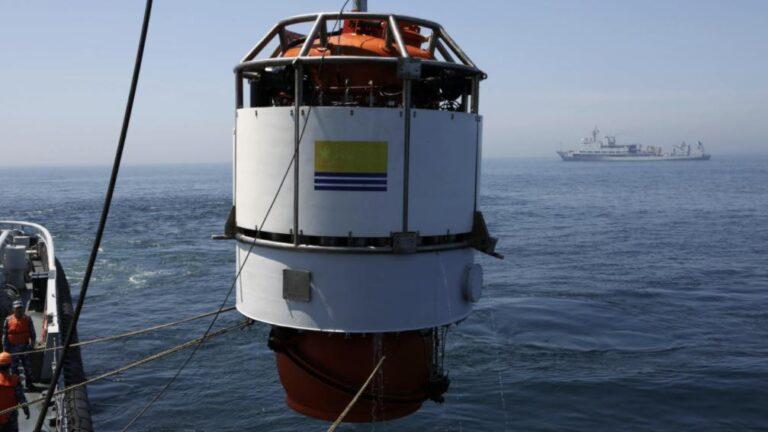 Chinese Navy holds submarine rescue exercise