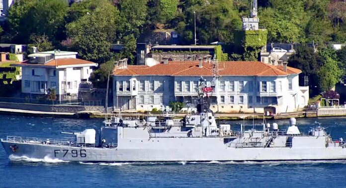 D'Estienne d'Orves-class corvette Commandant Birot F796 transiting Istanbul strait on May 11, towards the Black Sea (Image: https://twitter.com/egetulca)