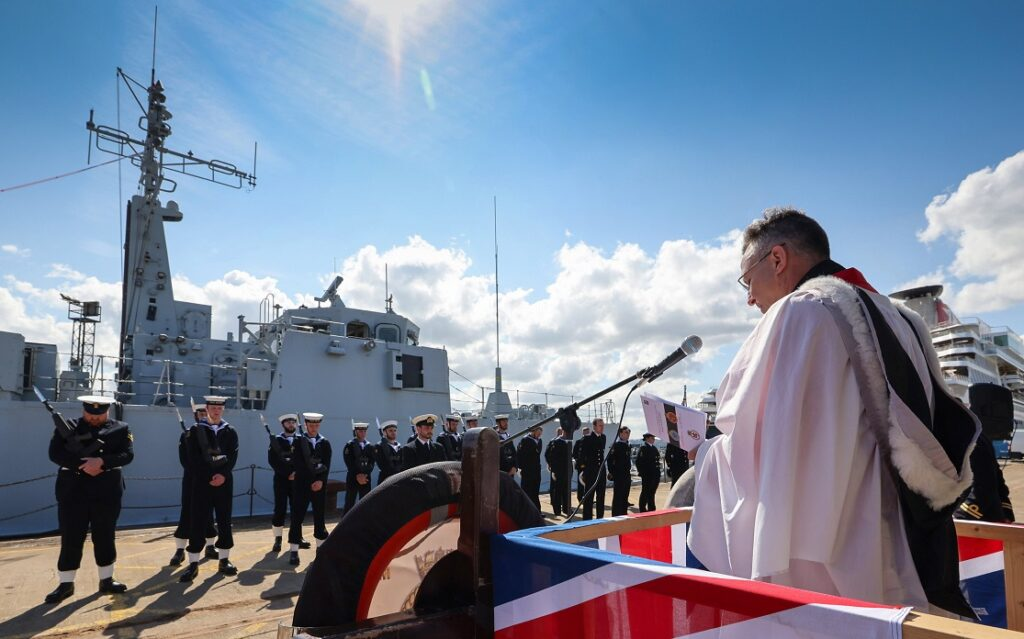 reverend martin evans leads the sailors in prayer - naval post- naval news and information