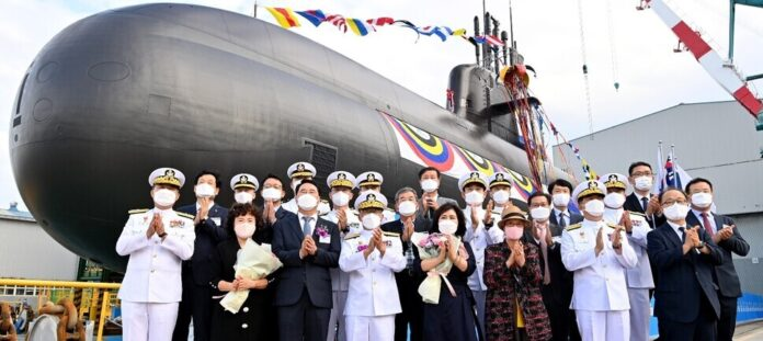 Boo Suk-jong, chief of South Korea's naval operations, and Lee Deok-nam, the daughter-in-law of Korean independence activist Shin Chae-ho, pose for a picture along with DAPA officials and others at the launch ceremony for the third KSS-III Batch 1 submarine, the 3,000-ton Shin Chae-ho, of the ROK Navy, held Tuesday at Hyundai Heavy Industries' shipyard in Ulsan. (Source: Republic of Korea Navy)